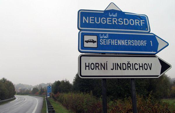 На дорожных указателях Чехии появились надписи на арабском языке
